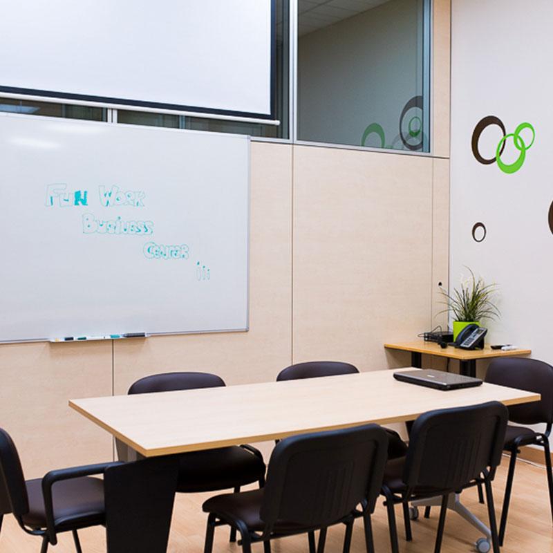 Salas privadas adaptables para reuniones y juntas en coworking las tablas